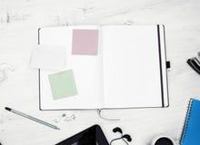workplace Bloc-notes vide avec des autocollants Images stock