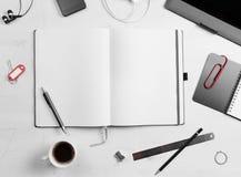 workplace Libreta vacía, PC de la tableta y teléfono elegante Imagen de archivo libre de regalías