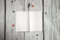 workplace Otwarty notepad z pustymi stronami, pusty notatnik na białym drewnianym tle Fotografia egzamin próbny up, układ Odgórny Zdjęcie Stock