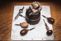Workplase del ` s del joyero con las herramientas y cruz en tornillo de la diana Fotografía de archivo libre de regalías