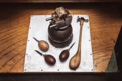 Workplase del ` s del joyero con las herramientas y cruz en tornillo de la diana Fotografía de archivo
