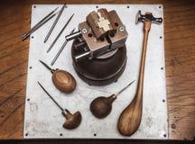 Workplase del ` s del joyero con las herramientas y cruz en tornillo de la diana Imagenes de archivo