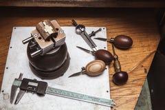 Workplase del ` s del joyero con las herramientas y cruz en tornillo de la diana Imagen de archivo libre de regalías