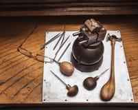 Workplase del ` s del joyero con las herramientas y cruz en tornillo de la diana Fotos de archivo
