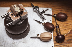 Workplase ` s ювелира с инструментами и крест в тисках яблочка Стоковые Фото