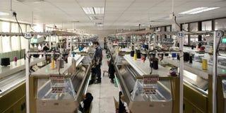 Workshop di produzione della fabbrica dei vestiti fotografie stock libere da diritti