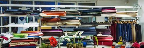 workshop naaister atelier voor de kleding van vrouwen stock foto's