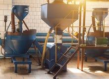 Workshop voor de productie en de verwerking van koolzaad, biofuel productie, productie van raapzaadolie, een werkende workshop royalty-vrije stock fotografie