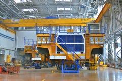 Workshopassemblage van grote stortplaatsvrachtwagens stock fotografie
