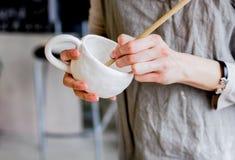 Workshopproductie van het ceramische vaatwerkproduct schilderen stock foto's