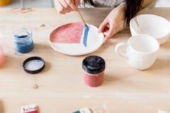 Workshopproductie van het ceramische vaatwerkproduct schilderen royalty-vrije stock fotografie
