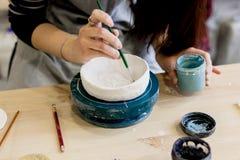Workshopproductie van het ceramische vaatwerkproduct schilderen royalty-vrije stock afbeelding