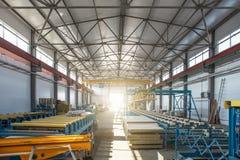 Worksop avec les outils et l'équipement de machines, ligne de convoyeur pour des tuyaux en métal de production et des panneaux 's photos stock