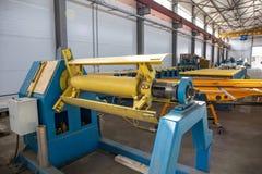 Worksop avec les outils et l'équipement de machines, ligne de convoyeur pour des tuyaux en métal de production et des panneaux 's photos libres de droits