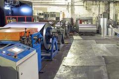 Worksop con gli strumenti ed attrezzature del macchinario, rotoli di acciaio galvanizzato per i tubi del metallo di produzione e  Fotografie Stock