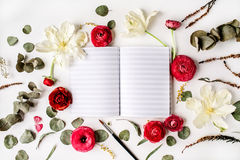 workspace Σημειωματάριο ή sketchbook, ρόδινα και κόκκινα τριαντάφυλλα στοκ φωτογραφία με δικαίωμα ελεύθερης χρήσης