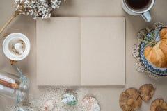 Workspace - anteckningsbokpapper med kaffe och kakan på tabellen _ Royaltyfri Bild