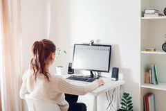 Workspace av kvinnlig kontorsanställd Kvinnan arbetar på datoren i ljust soligt rum modern design arkivfoton