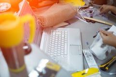 Workspace av tonår med bärbara datorn, thermo kaffe rånar, det hem- tabellskrivbordet arkivfoto
