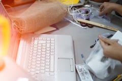 Workspace av tonår med bärbara datorn, thermo kaffe rånar, det hem- tabellskrivbordet arkivbilder
