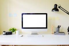 Workspace biura stół z komputeru osobistego mockup komputerowym pokazem na bielu Obraz Royalty Free