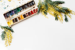 workspace Envolva o quadro com mimosas, aquarelas, pincel no fundo branco imagem de stock royalty free