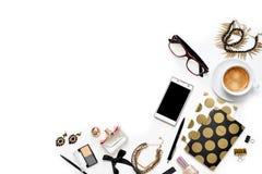Workspace för inrikesdepartementet för lekmanna- mode för lägenhet kvinnlig med telefonen, koppen kaffe, stilfulla svarta guld- a arkivbild