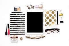 Workspace för inrikesdepartementet för lekmanna- mode för lägenhet kvinnlig med telefonen, koppen kaffe, stilfulla svarta guld- a royaltyfri foto