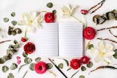 workspace För sketchbook, rosa och röda rosor för anteckningsbok eller Royaltyfri Fotografi