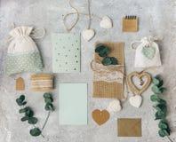 workspace Folhas do cartão e do eucalipto do convite do casamento no fundo branco foto de stock royalty free