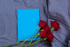 Workspace i miejsce pracy w łóżku przy sypialni tłem Kwiatu notatnik z kopia widokiem, r??e i Biznes freelance fotografia royalty free