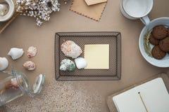 Workspace - kaffe och kaka på tabellen Backgroun royaltyfri foto