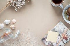 Workspace - kaffe och kaka på tabellen Bakgrund med fri te Fotografering för Bildbyråer