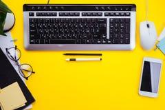 Workspace kreatywnie biurowy pracownik Pracujący z filiżanką kawy, używać telefon i pastylkę Zdjęcie Royalty Free