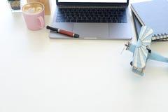 Workspace med bärbar datordatoren, rånar av kaffe och anteckningsbokpapper Fotografering för Bildbyråer