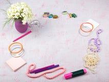 Workspace med datoren, bukettvanliga hortensior, skrivplatta Tillbehör för mode för kvinna` s på rosa bakgrund plant Royaltyfria Foton