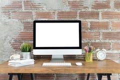 Workspace med datoren med den tomma vita skärmen royaltyfri fotografi