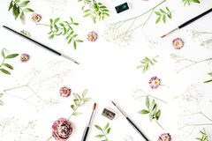 Workspace med målarfärgborstar och steg knoppar Royaltyfria Bilder