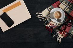 Workspace med tidningen, kaffekopp, halsduk, exponeringsglas Stilfullt kontorsskrivbord Höst- eller vinterbegrepp Lekmanna- lägen fotografering för bildbyråer