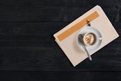 Workspace med tidnings- och kaffekoppen Stilfullt kontorsskrivbord Höst- eller vinterbegrepp Lekmanna- lägenhet, bästa sikt royaltyfri foto