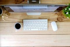Workspace nowożytny komputer stacjonarny na drewno stole i biurowym materiale obrazy stock