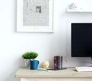 workspace Objetos na tabela foto de stock