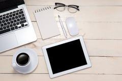 workspace Pena, monóculos, café e caderno na tabela parte superior vi fotos de stock
