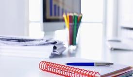 Workspace prezentaci mockup, komputer stacjonarny i biurowe dostawy na marmurowym biurku, zdjęcia royalty free
