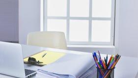 Workspace prezentaci mockup, komputer stacjonarny i biurowe dostawy na marmurowym biurku, zdjęcia stock