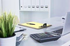 Workspace prezentaci mockup, komputer stacjonarny i biurowe dostawy na marmurowym biurku, obraz royalty free