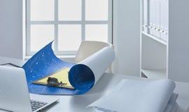 Workspace prezentaci mockup, komputer stacjonarny i biurowe dostawy na marmurowym biurku, obraz stock