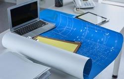 Workspace prezentaci mockup, komputer stacjonarny i biurowe dostawy na marmurowym biurku, fotografia royalty free