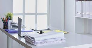 Workspace prezentaci mockup, komputer stacjonarny i biurowe dostawy na marmurowym biurku, zdjęcie stock