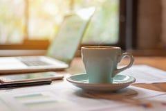 Workspace relaksujący chłodzi za pracie dla biura i projektuje laptopu smartphone z gorącą kawą fotografia stock